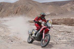 El piloto argentino Kevin Benavides conduce su moto Honda hoy, durante la cuarta etapa del Rally Dakar 2019, que se corre entre Arequipa y Tacna (Perú).