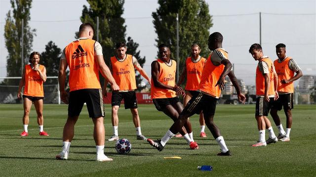 El Real Madrid entrena con sus nuevas equipaciones