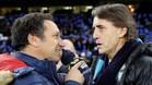 Roberto Mancini saluda a Eusebio en su reciente duelo en la Europa League
