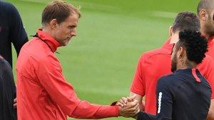 Tuchel y Neymar se saludan al inicio del entrenamiento