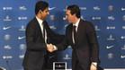 Unai Emery (d) estrecha la mano del presidente del París Saint Germain (PSG), Nasser al Khelaïfi el día de su presentación