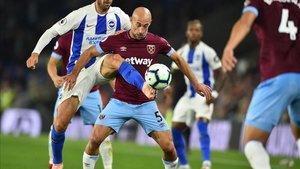 Zabaleta lucha por el balón en el partido de Premier League ante el Brighton