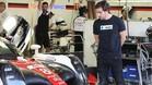 Alonso, junto al Toyota nº8 con el que correrá en Le Mans