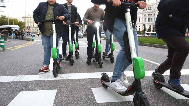 Tráfico quiere prohibir que patinetes vayan por la acera y a más de 25 km/h