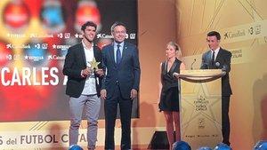 Aleñá, recibiendo el premio de manos de su presidente, Josep Maria Bartomeu