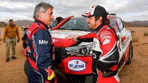 Carlos Sainz conversa con Fernando Alonso tras la etapa