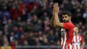 Diego Costa en el momento de ser retirado ante el Girona