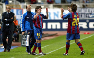 Este viernes se cumplen 11 años de esta imagen. Messi entró por Deco y debutó oficialmente con el FC Barcelona