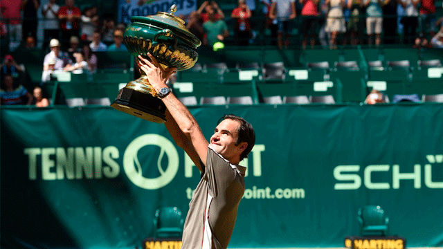 Federer se alza con título número 10 en Halle tras batir a Goffin