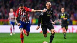 Giménez y Cristiano, en un lance del Atlético-Juventus del pasado curso