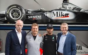 Hamilton y Rosberg en la presentación de la temporada de Mercedes F1 en Alemaniay Dieter Zetsche
