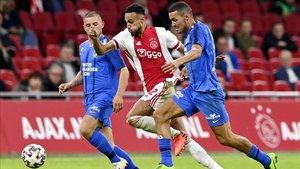 El jugador del Ajax, Noussair Mazraoui, se escapa de Oussama Darfalou, futbolista del Vitesse, en su último encuentro de la Eredivisie