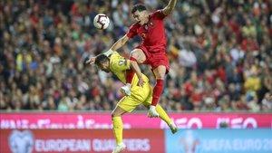 Junior Moraes pelea por un balón aéreo con el defensor de Portugal Pepe.