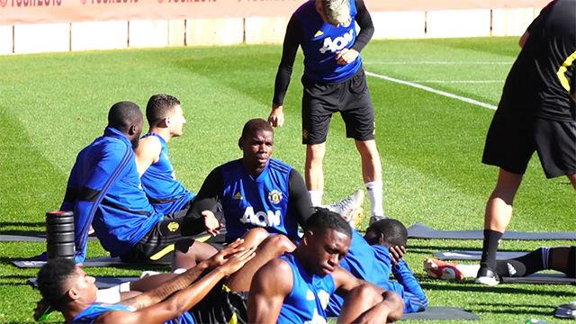 Pasotismo de Pogba en el entrenamiento del Manchester en Australia