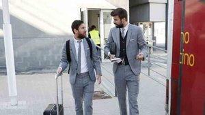 Piqué, junto a Messi, antes de iniciar el viaje a Nápoles