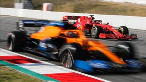 Sainz con el MCL35, en pista muy cerca del Ferrari de Leclerc