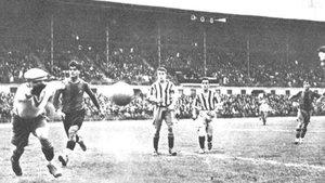 Una acción del Barça-Atlético de Madrid (4-0) celebrado el 26 de mayo de 1929. Entre los protagonistas, el meta José Meseguer y los azylgranas Saura y Samiter (izquierda)