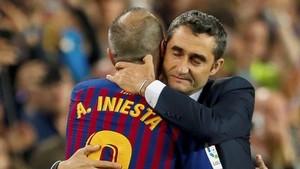Valverde abraza a Iniesta en el momento en el que Andrés acaba su carrera como blaugrana