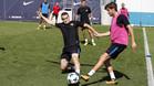 Thomas Vermaelen disputa el balón con Sergi Roberto durante un entrenamiento del FC Barcelona