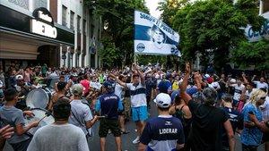 La afición de Gimnasia y Esgrima quiere la continuidad de Diego Armando Maradona