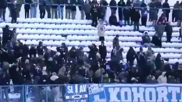 ¡Allí va una bola de nieve! Ojalá toda violencia en el fútbol fuese como esta