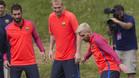 Arda Turan, Jeremy Mathieu y Leo Messi en un entrenamiento del stage de pretemporada del Barça en Saint George's Park