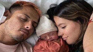 Chicharito y Sarah Kohan dan la bienvenida a su pequeño Noah en Instagram   Azteca América