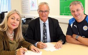 Claudio Ranieri firmó su nuevo contrato junto a los ejecutivos del Leicester