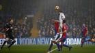 Diego Costa se eleva por encima de los defensas del Palace para batir a Hennessey