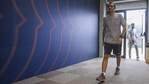 Ernesto Valverde, entrando en la sala de presna