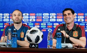 Fernando Hierro y Andrés Iniesta, este martes en la rueda de prensa