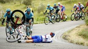 El francés Olivier Le Gac del equipo Groupama-FDJ sufre un accidente durante la cuarta etapa del Giro de Italia, de 235 kilómetros, ente Orbetello y Frascati, Italia.