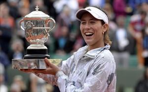 Garbiñe Muguruza posaba feliz con la Copa Suzanne Lenglen