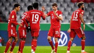 Los jugadores del Bayern celebrando un gol ante el Düren.