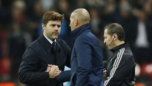 Pochettino y Zidane se saludan durante un partido de Champions