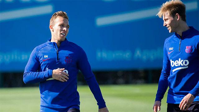 Rakitic, Arthur y de Jong se incorporan a los entrenamientos