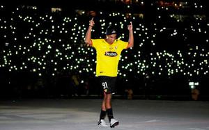 Ronaldinho, recibido por un héroe por la afición del Barcelona de Guayaquil