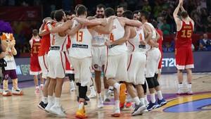 La selección celebra el triunfo ante Rússia en el Eurobasket 2017