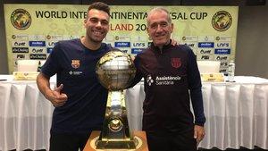 Sergio Lozano y Andreu Plaza, junto al trofeo de la Intercontinental