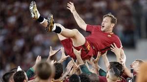 Totti, manteado por sus compañeros al acabar el partido
