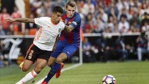El valencianista Cancelo, en un partido ante el Barça