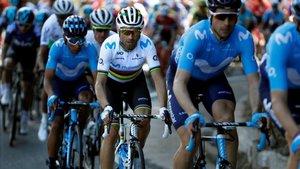 Alejando Valverde luce el arcoíris en las carreteras catalanas