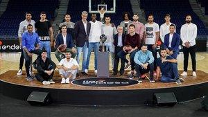 Antonio Martín, junto a los 18 jugadores presentes en el acto