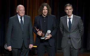 Carles Puyol recogió el premio Leyenda de manos de Joan Soteras, presidente de la Federació Catalana de Futbol, y de Manuel Ocaña Roldán, director de SPORTS AON