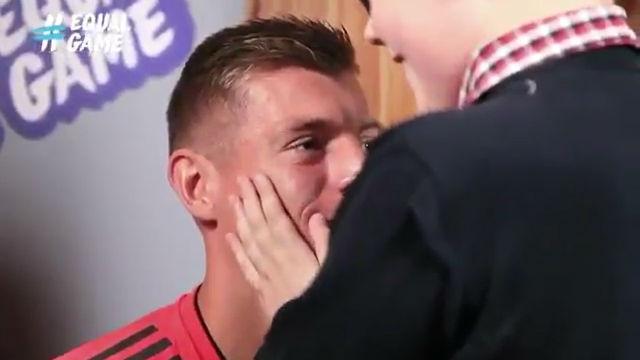Un chico ciego reconoce a Kroos...¡solo con tocarle la cara!
