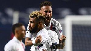 Choupo-Moting celebra con Neymar el gol de la victoria ante la Atalanta