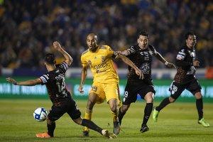 Guido Pizarro desputando el balón en medio campo