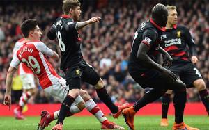 Héctor Bellerín abrió este sábado la cuenta para el Arsenal contra el Liverpool