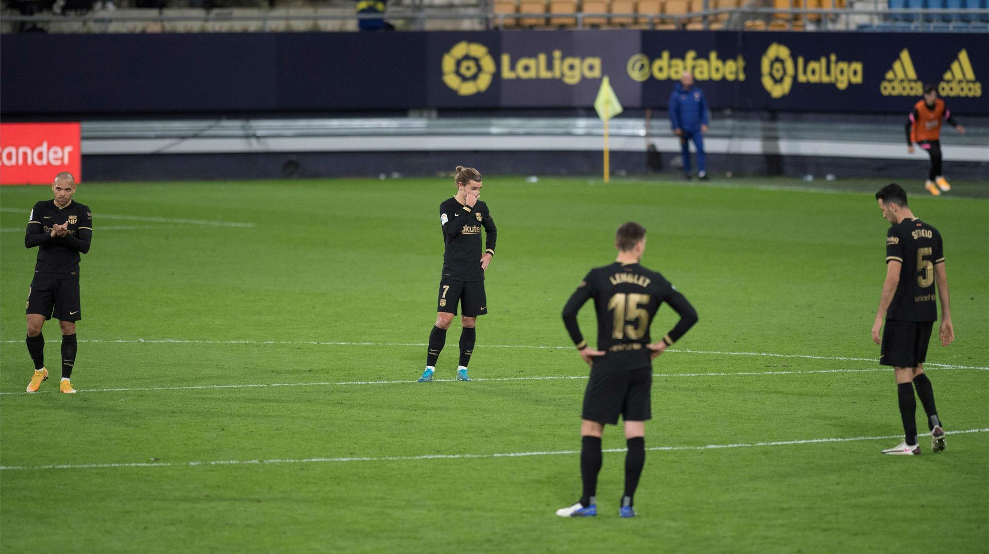 Los errores defensivos condenan al Barça en Cádiz