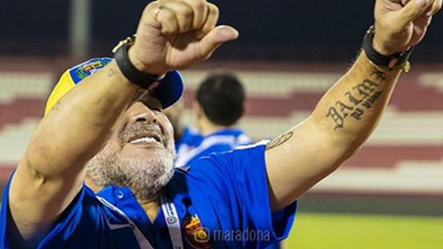 Maradona enloquece en pleno partido y se encara con el público